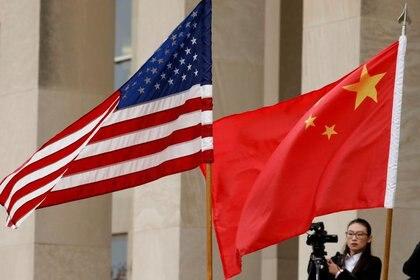 FOTO DE ARCHIVO: Banderas de Estados Unidos y China en Arlington, Virginia, Estados Unidos, el 9 de noviembre de 2018. REUTERS/Yuri Gripas