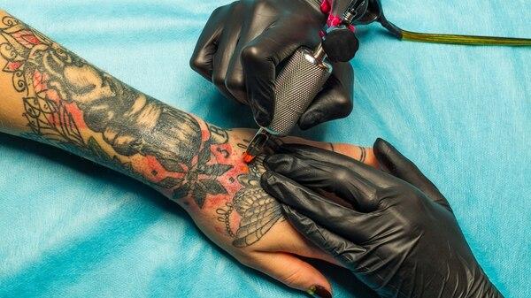 Crecen los casos de uveítis, el mal ocular provocado por los tatuajes