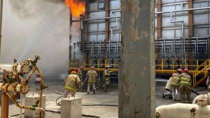 """Conato de incendio en refinería """"Antonio Dovalí Jaime"""", ubicada en Salina Cruz, Oaxaca (Foto: Pemex)"""