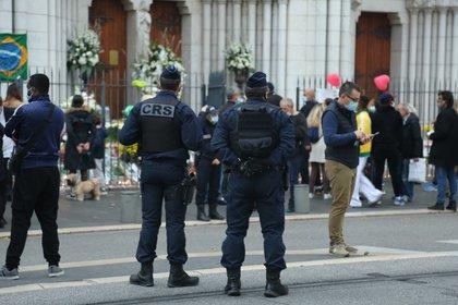 Agentes de la Policía francesa vigilan la entrada de la basílica de Notre Dame días después de que se produjera un atentado terrorista (Europa Press)
