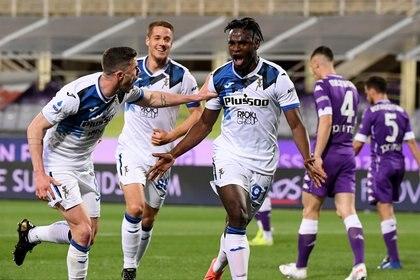 Con las dos anotaciones en el partido de Atalanta contra la Fiorentina, Duván Zapata acumula 13 goles en la Serie A esta temporada. REUTERS/Alberto Lingria