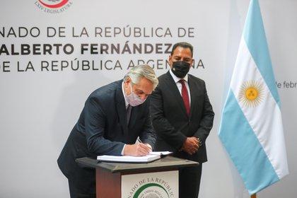 Alberto Fernandez firmó el libro de visitas oficiales al Senado de México. (Foto: REUTERS/Henry Romero)