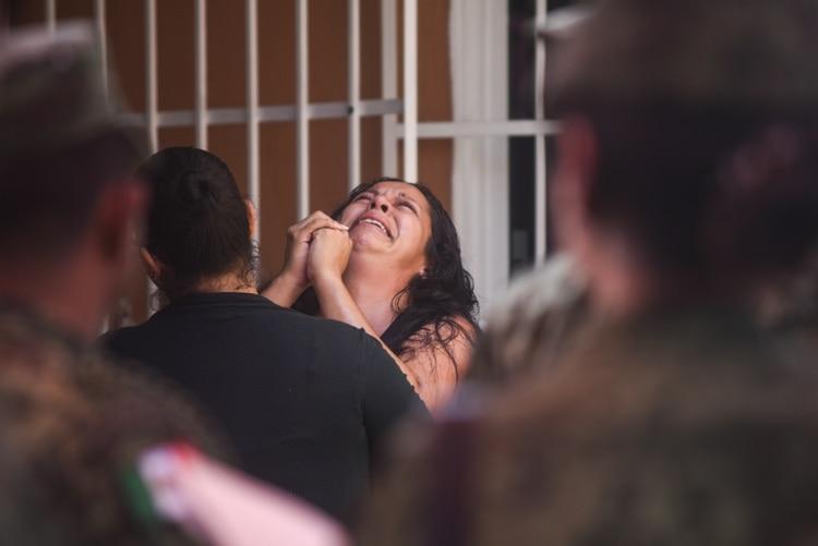 Militares del Ejercito Mexicano acompañan a familiares en el funeral de Alfredo González Muñóz de 26 años, miembro de la Guardia Nacional que fue abatido tras los enfrentamientos en Culiacán, Sinaloa, contra el narcotraficante Ovidio Guzmán (Foto: Cuartoscuro)