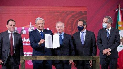 Para arrancar nuevamente la economía mexicana se desarrollarán 39 proyectos, 32 del primer paquete más siete que están en ejecución con una inversión total de 297,344 millones de pesos. (Foto: Presidencia de México)
