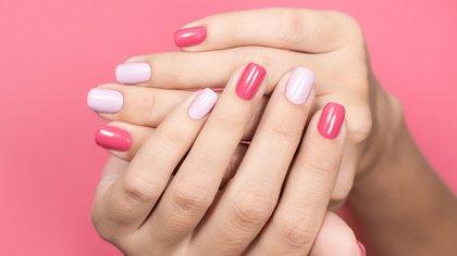 Uñas color pastel y fucsia, dos colores que son tendencia para la primavera (Shutterstock)
