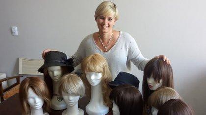 """Rita Fournier, junto a 9 de las 222 pelucas confeccionadas desde que inició con su proyecto """"Cambio pelitos por sonrisas""""."""