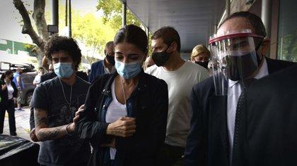 Zulemita y Carlos Nahir Menem, en la puerta del Sanatorio Los Arcos (Gustavo Gavotti)