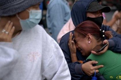 Familiares de los reos asesinados en centros penitenciarios de Ecuador (Foto: REUTERS/Vicente Gaibor del Pino)