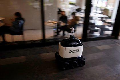 Un robot distribuye alcohol en gel en un shopping de Shanghai, China. REUTERS/Aly Song