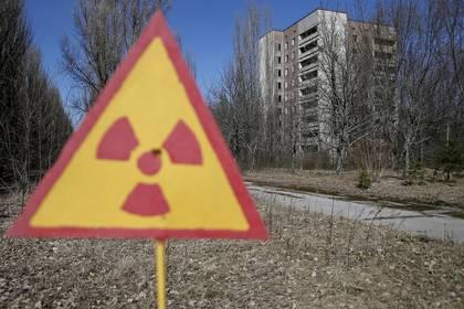 Un cartel que advierte sobre radiación en Pripyat, la ciudad más golpeada por el desastre de Chernobyl (REUTERS/Gleb Garanich)