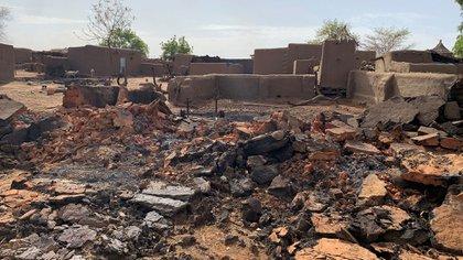 Una vista general muestra los daños en el lugar de un ataque contra una aldea dogona en junio de 2019 (Reuters)