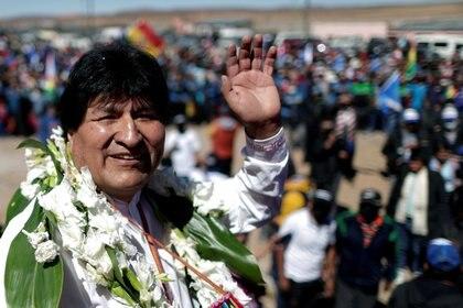 Evo Morales saluda en su regreso al país (Reuters)