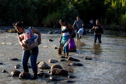 Venezolanos cruzan por pasos clandestinos para regresar a su país en medio de la pandemia