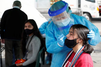 Personal sanitario realiza pruebas de covid-19 hoy, en la plaza de mercado Corabastos en Bogotá (Colombia). EFE/Carlos Ortega