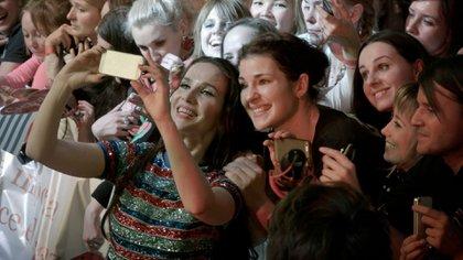 Natalia Oreiro y sus fans en la película Nasha Natasha: