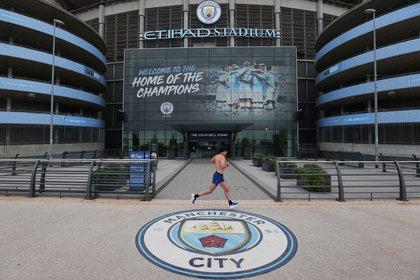 El Manchester City jugará su partido pendiente ante el Arsenal por la fecha 28 y el fin de semana disputará ante el Burnley el duelo por la jornada 30 (Reuters)