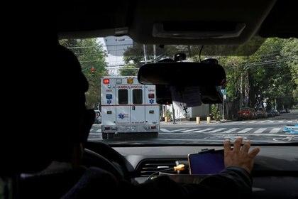 Imagen desde una ambulancia mientras traslada a una paciente que padece COVID-19 de un hospital a otro, luego de que fuera rechazada debido a la falta de disponibilidad camas, en Ciudad de México (Foto: REUTERS / Carlos Jasso/Archivo)