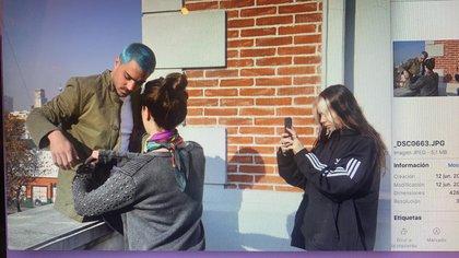 Lucia Celasco sacando fotos para la pagina online de la feria