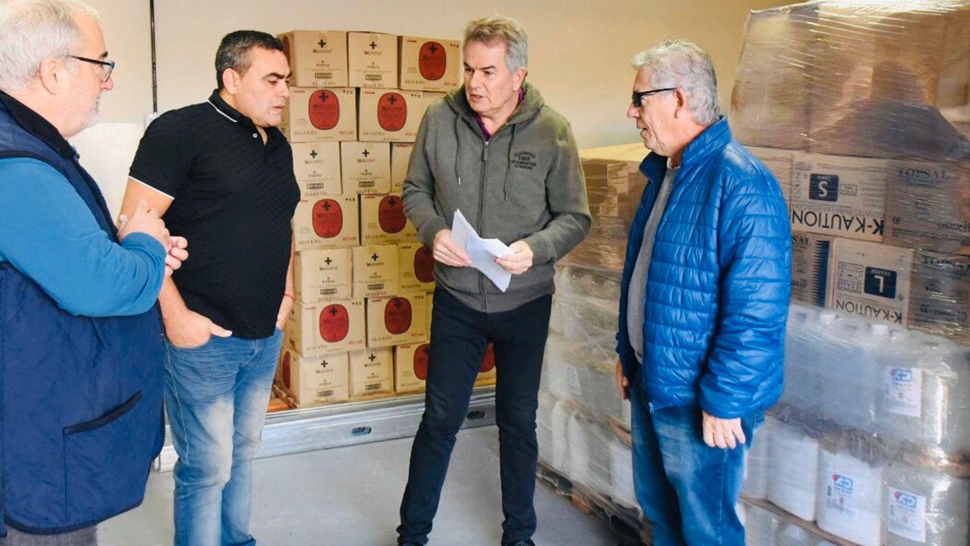 Héctor Gay, intendente de Bahía Blanco, recibió la donación de manos de Mario Martínez, padre de Lautaro