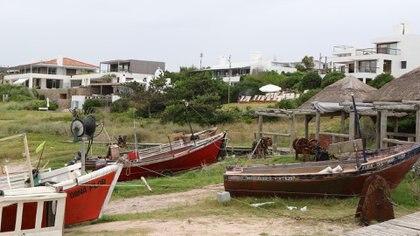 Sobre las costas de la playa Mansa de José Ignacio, el contraste de los viejos botes de pescadores -aún en servicio- y las construcciones modernas(Matías Souto)