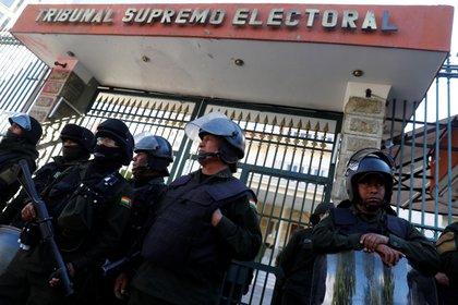 Policía afuera del Tribunal Supremo Electoral en La Paz, Bolivia. (REUTERS/Kai Pfaffenbach)