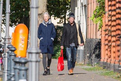 """Keanu Reeves se mostró muy enamorado por las calles de Berlín, Alemania. El actor caminó junto a Alexandra Grant, a quien despidió con un romántico beso antes de que se fuera al hotel. El artista, por su parte, cambió su look para filmar """"Matrix 4"""", película que rodó durante los últimos cuatro meses: se afeitó la barba y su cabeza"""
