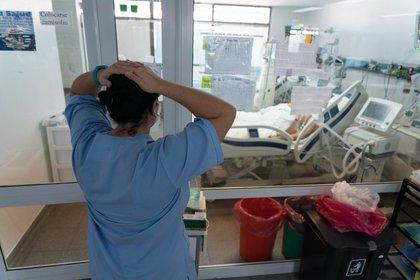La preocupación por los pacientes es una postal permanente de la UTI: las internaciones por COVID son muy exigentes para el personal de salud. (Foto: Franco Fafasuli)