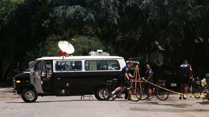 La policía de Los Ángeles fuera de la casa del actor Phil Hartman el 28 de mayo de 1998. Hollywood vivía otra tragedia (FSP/ SV/ WS)