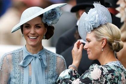 Kate Middleton, la duquesa de Cambridge también fue al Royal Ascot y a tono con su vestido by Elie Saab eligió un sombrero plato con tocado de flor by Phillp Treacy (Photo by Adrian DENNIS / AFP).