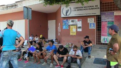 Cubanos plantados frente a las oficinas de la Comisión de Derechos Humanos en Tapachula.