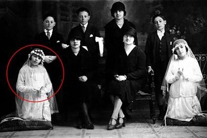 """Eva Duarte (izq) en su comunión, en 1926. La familia permaneció en Junín hasta 1935. Su casa, ubicada en Roque Vázquez, se conserva aún hoy. En esa ciudad se consolidó su faceta artística. En su autobiografía """"La razón de mi vida"""" cuenta: """"Siendo una chiquilla, siempre deseaba declamar. Era como si quisiese decir siempre algo a los demás, algo grande, que yo sentía en lo más hondo de mi corazón"""""""