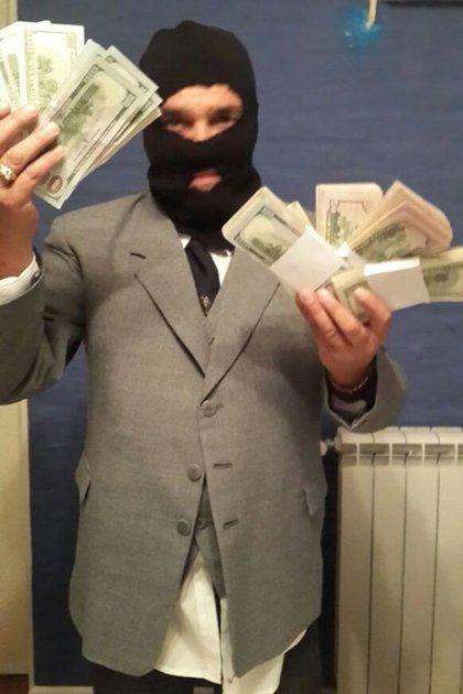 Con el saco gris y el pasamontañas que usó en el robo al Banco Río