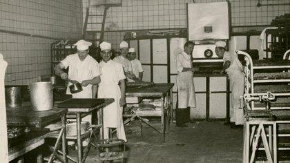Pasteleros en el subsuelo de la Confitería Del Molino (Archivo General de la Nación)
