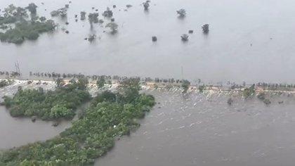 Los poblados de Morocoy y San Pedro Peralta, en Quintana Roo se encuentran incomunicados. (Foto tomada de video de @CarlosJoaquin)