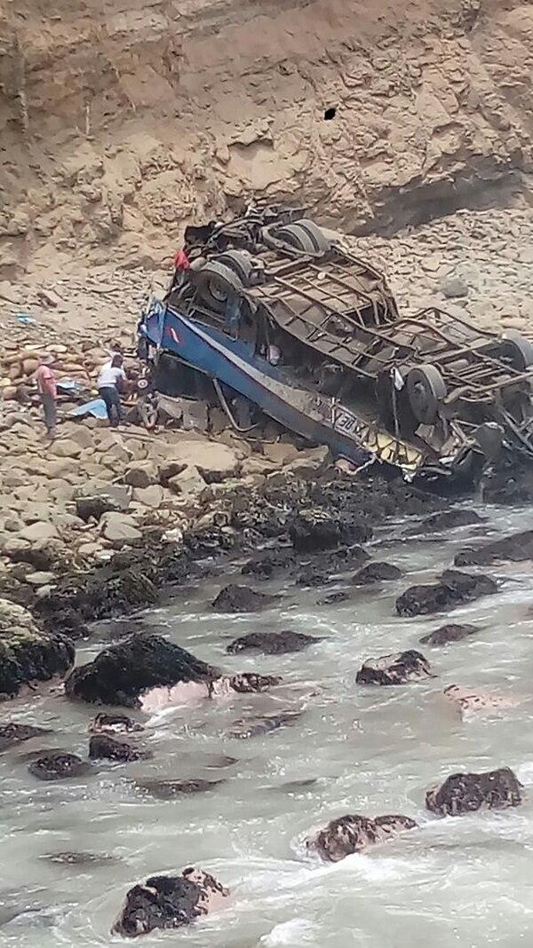 Tragedia en Perú: un autobús cayó por un precipicio y dejó al menos 25 muertos