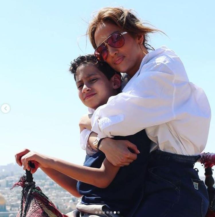 Fue el pasado viernes cuando JLo y Rodríguez recorrieron la Ciudad Santa al lado de sus hijos. (Foto: Instagram)