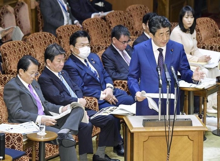 El primer ministro de Japón, Shinzo Abe, habla junto a su ministros en el Parlamento en Tokio. 23 marzo 2020. Kyodo/vía REUTERS. ATENCIÓN EDITORES - ESTA IMAGEN FUE ENTREGADA POR UN TERCERO