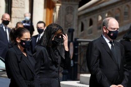 De estricto luto y con mascarilla negra incluida, Alberto de Mónaco junto a sus hermanas, las princesas Estefanía y Carolina, durante el funeral de la baronesa Elizabeth-Ann de Massy, en la Catedral del Principado (Reuters)