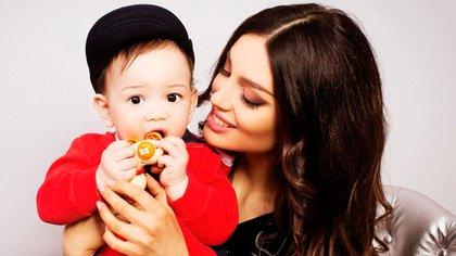 El pequeño Ismail León junto a su madre
