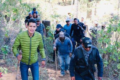 David Eduardo Otlica Avilés durante un recorrido con pobladores (Foto: Facebook)