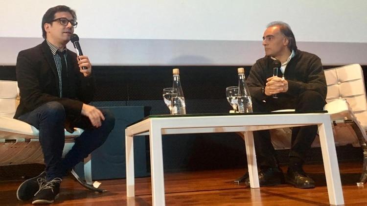 """Alejandro """"Conejo"""" Gomez, ministro de Gestión Cultural de la provincia de Buenos Aires, en diálogo con Patricio Zunini. (Foto: Mariana Kozodij)"""