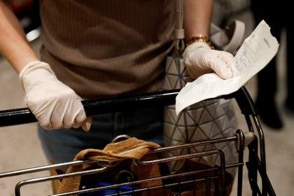Una mujer realiza compras en Bangkok, Tailandia (foto REUTERS/Jorge Silva)