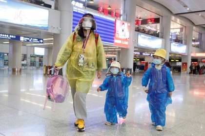 Pasajeros en el aeropuerto de Beijing (REUTERS/Thomas Peter)