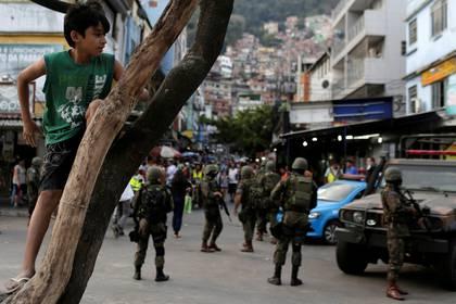 Miembros de las Fuerzas Armadas patrullan la favela Rocinha (Reuters)