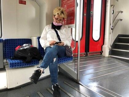 Una mujer revisa su teléfono en un tren regional alemán, el 10 de junio de 2020 (REUTERS/Gabriela Baczynska)