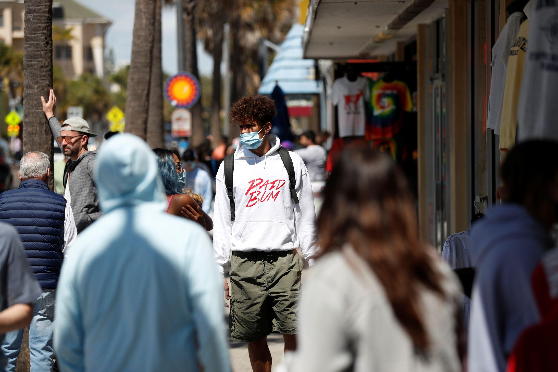 Transeúntes en Clearwater Beach, Florida (REUTERS/Octavio Jones)