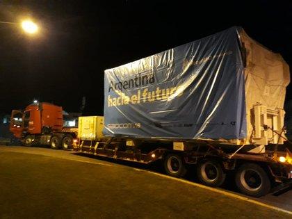 Todo comenzó bien de madrugada, con un camión especial, preparado para soportar la tremenda carga de 3 toneladas de peso de satélite