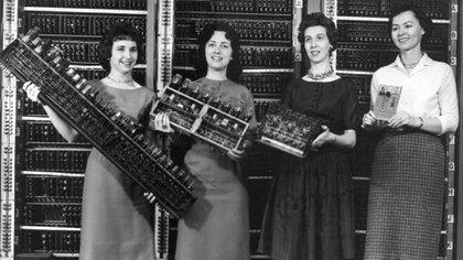 Las programadoras de la computadora ENAIAC fueron Betty Snyder Holberton, Jean Jennings Bartik, Kathleen McNulty Mauchly Antonelli, Marlyn Wescoff Meltzer, Ruth Lichterman Teitelbaum y Frances Bilas Spence.
