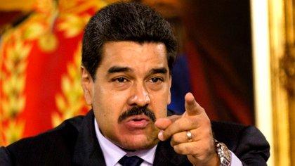 Nicolás Maduro señala con gesto adusto durante un discurso