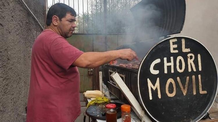 """El """"Chori móvil"""" patentado por Adrián se convirtió en la """"parrilla móvil"""" en las redes sociales, donde se difundió el video"""